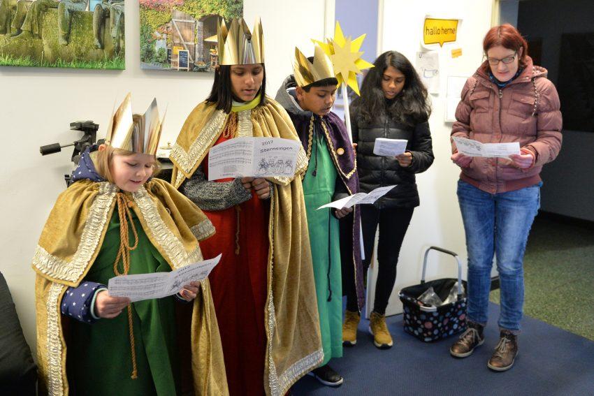 Sternsinger der Pfarrei St. Franziskus in der halloherne-Redaktion.