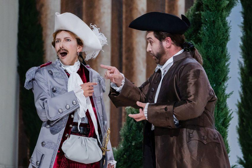 """Ramiro (Alexandra Kadurina) ist nicht amüsiert: der Podestá (Richard Samek) will """"seine"""" Aminda unter die Haube bringen."""