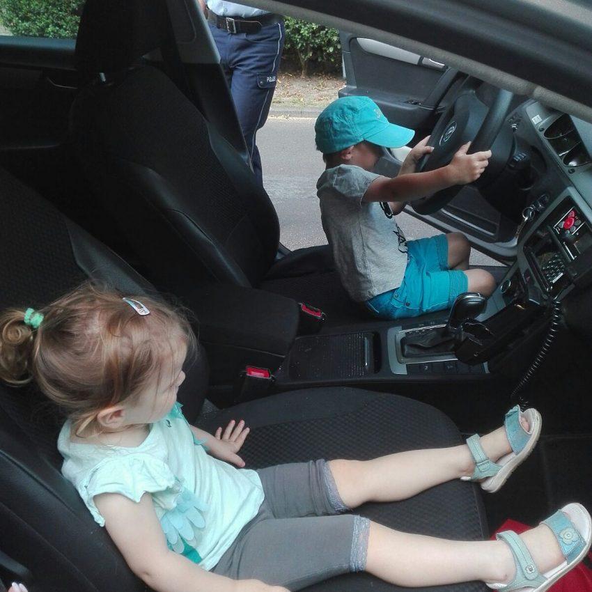 Die Kinder der Kita sahen sich die Polizeiautos genz genau an