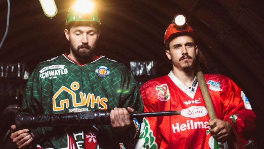 Der HEV nennt sich ab der Saison 2021/22 aufgrund der Verbundenheit zum Bergbau Herner EV Miners: HEV-Kapitän Michel Ackers (li.), im neuen Trikot der Saison 21/22, mit Marcus Marsall, in einem alten Trikot der Miners.