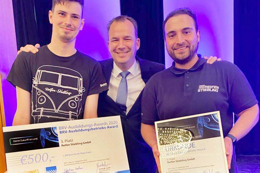 BRV-Präsident Stefan Helm (M.) mit Tobias Mach, Stiebling-Azubi im 2. Lehrjahr und Serkan Karadag (re.), Leiter der gewerblichen Ausbildung.