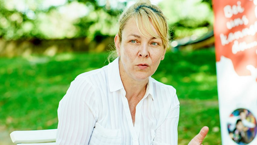 Sommerferienangebot mit dem Kulturrucksack als Tasche: Sylvia Steffan, Leiterin der Jugendkunstschule.