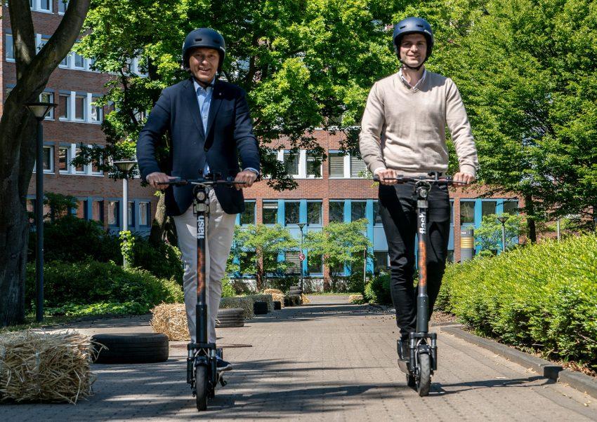 Fahren gerne E-Tretroller: Frank Dudda (.) und Max Hüsch.