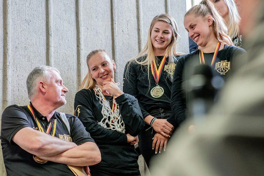Marek Piotrowski mit seinen Basketballerinnen.
