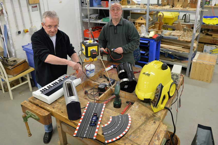 Repair Cafe im Pluto, v.l. Detlef Brune, Rainer Goltz.