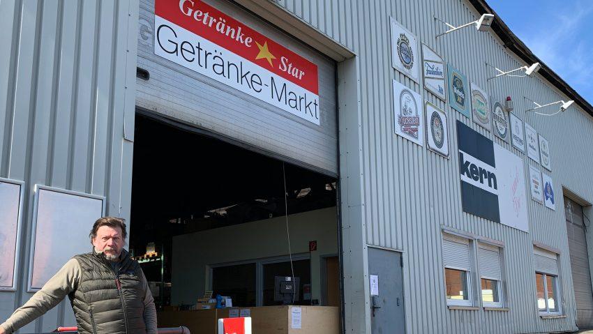 Torsten Kern vom Getränkemarkt Getränke Star am Großmarkt vor seinem Geschäft.