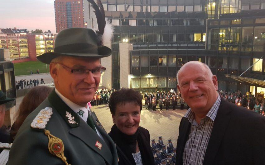 v.l. Matthias Lorbiecki, Ulrike Galinski, Thomas Nückel vor dem Landtag