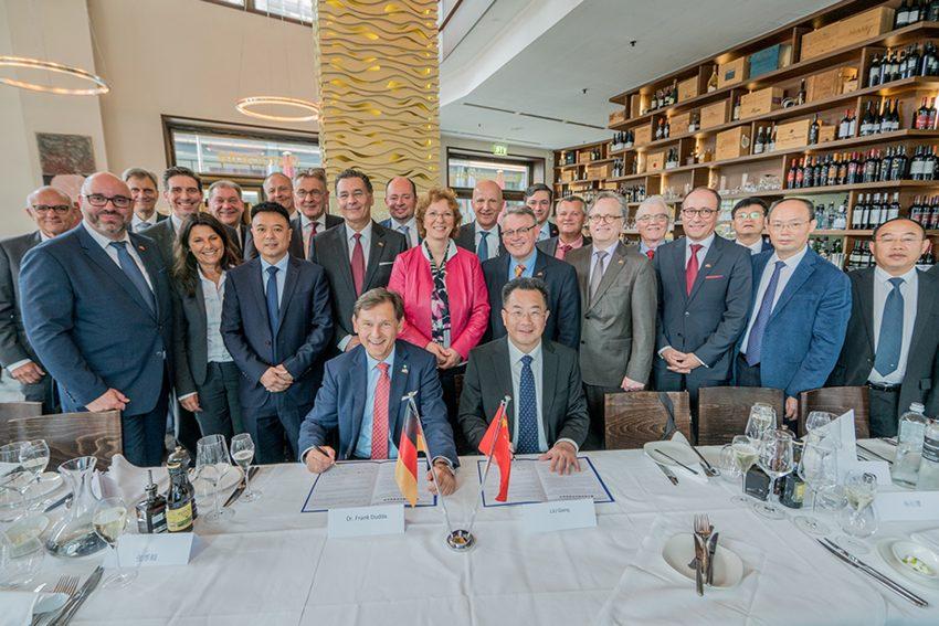 Oberbürgermeister Dr. Frank Dudda und der Parteisekretär von Luzhou, Liu Qiang, vor den Delegationen der Partnerstädte.