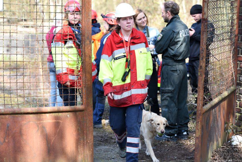 Einsatzkräfte suchen auf dem Dorngelände nach Mandy.