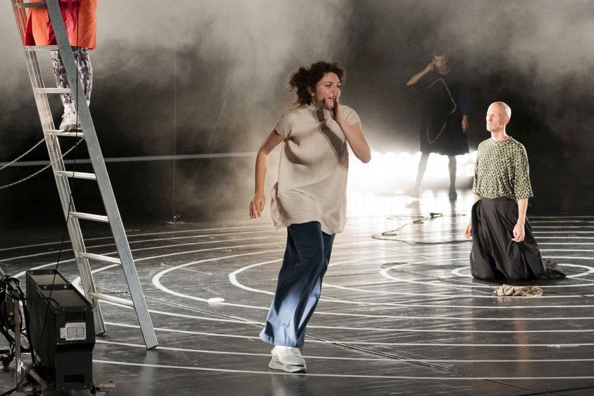 """Anna Drexler, Anne Rietmeijer, William Cooper (hinten) und Damian Rebgetz in """"Das neue Leben""""."""