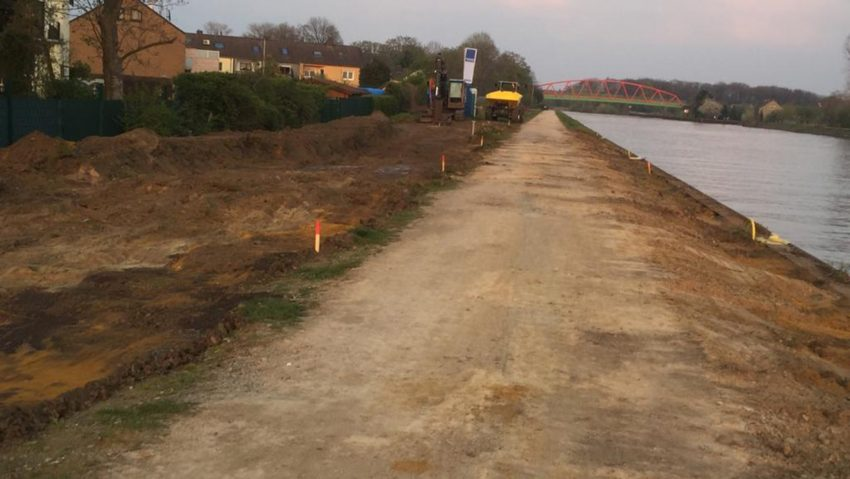 Baustelle am Rhein-Herne-Kanal mit großer Umleitung für Fuß- und Radverkehr.