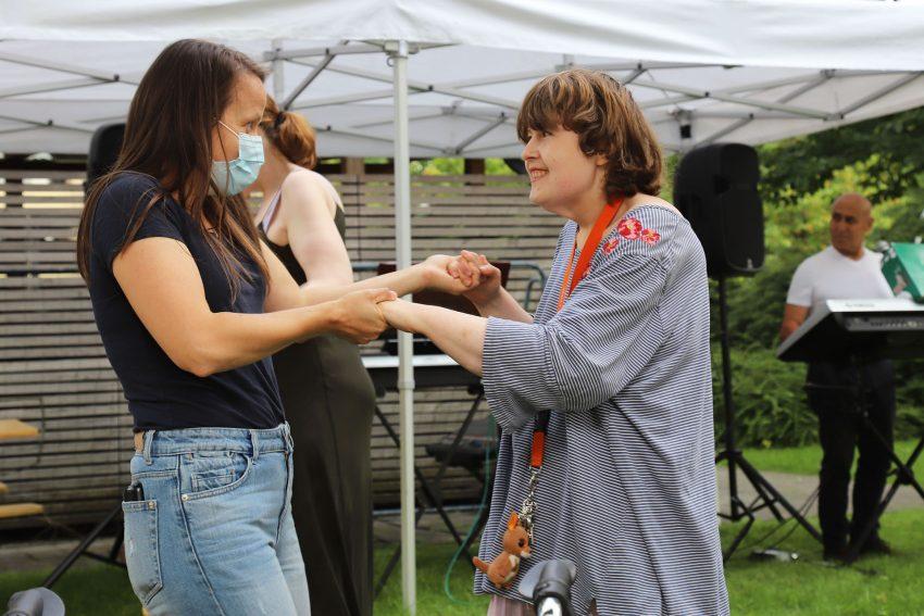 Bereichsleiterin Marta Jelich (links) und Bewohnerin Franziska Wieschhues sind nicht nur beim Standardtanz ein gutes Team: Auch zu Rock'n'Roll-Klängen wissen sich die beiden zu bewegen.