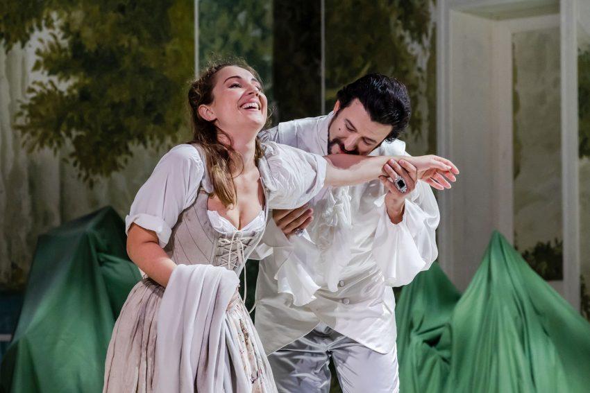 """Sandrina (Giulia Montanari) trifft unverhofft auf ihren sogleich erneut für sie entflammten """"Ex"""" Belfiore (Dmitry Ivanchey)."""