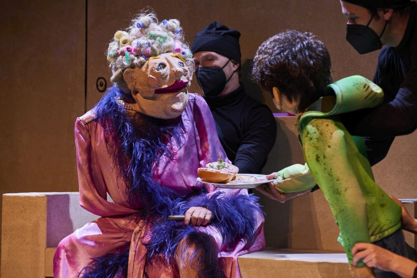 """Frau Dahling (Merten Schroedter) und Rico Doretti (Daniel Jeroma) in """"Rico, Oscar und die Tieferschatten""""."""