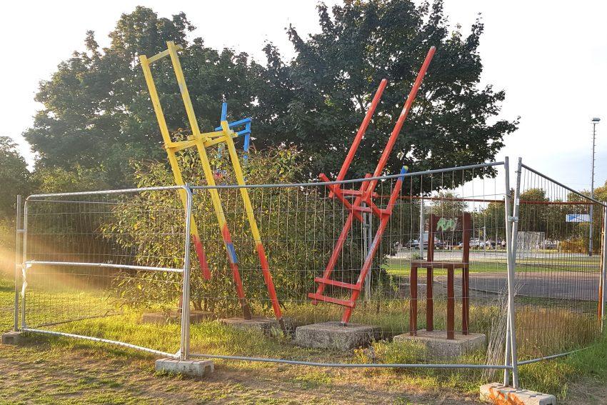 Das Kunstwerk 'Wer rastet der rosten' des Wanne-Eickelers Allrounder, Pit Grzan, ist seit Jahren eingezäunt.
