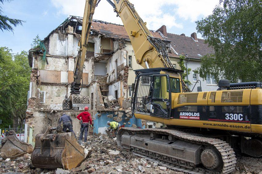 Abbruch der Schrottimmobilie an der Castroper Straße / Ecke von-Bodelschwingh-Straße in Herne (NW), am Montag (27.05.2019). Die wewole-Stiftung hatte das verwahrloste Gebäude mit dem Grundstück im Februar von den niederländischen Besitzern erworben.