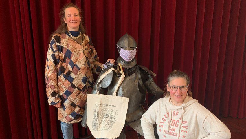 Die Schöpferinnen der Masken und Taschenverzierung: (v.li.) Silke Wleklik und Chiara Cremon, Dozentinnen des Emschertal-Museums.