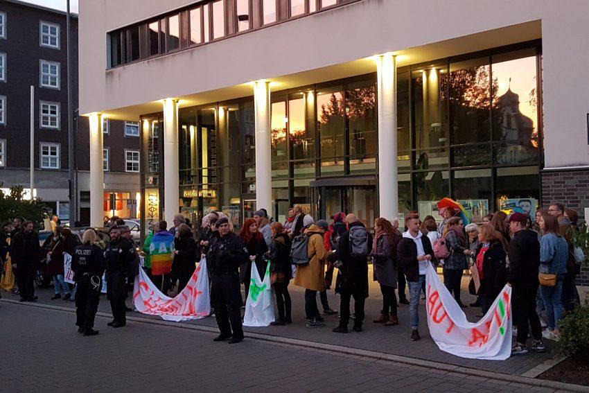 Gegendemonstranten empfingen die Marschieren am Mahnmal zum Gedenken der Opfer der Nazi-Diktatur mit Trillerpfeifen, Kochtöpfen und