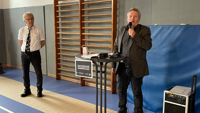 TV Wanne eröffnet renovierte Halle dank Förderung von Moderne Sportstätte 2022, im Bild (v.li.) TV Wanne Vorsitzender Burkhard Ladewig und Detlef Berthold, Abteilung Sport und Ehrenamt der Staatskanzlei NRW.