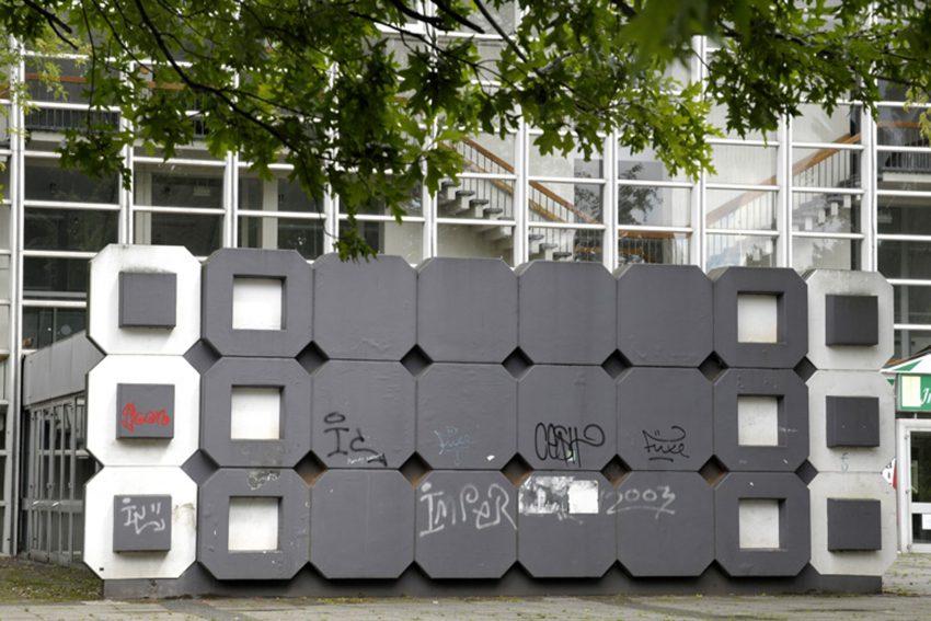 Kunst im öffentlichen Raum hier Eingang der Sporthalle Wanne-Süd vom Künstler Helmut Bettenhausen.