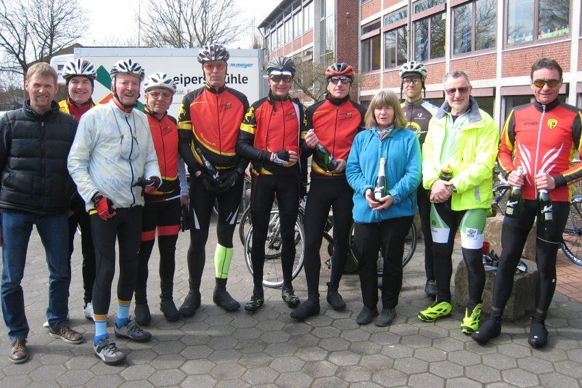 Radfahrer der RSG Herne erhielten Sekt statt Pokal.