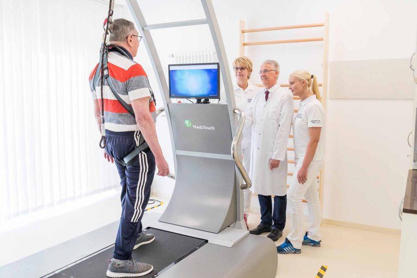Prof. Dr. Rainer Wirth, Direktor der Tagesklinik für Altersmedizin, Elke Bergau (l.), Leiterin des Zentrum für Prävention Physiotherapeutin Sarina Funke sind mit den Trainingsergebnissen des Patienten sehr zufrieden.