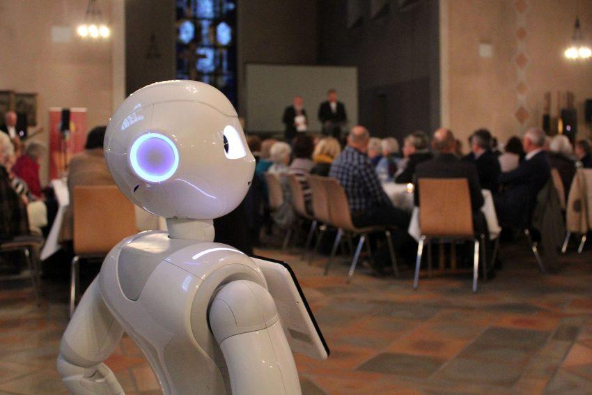 Roboter Pepper bei der Festveranstaltung - 100 Jahre Caritas in der Kirche St. Marien Eickel.