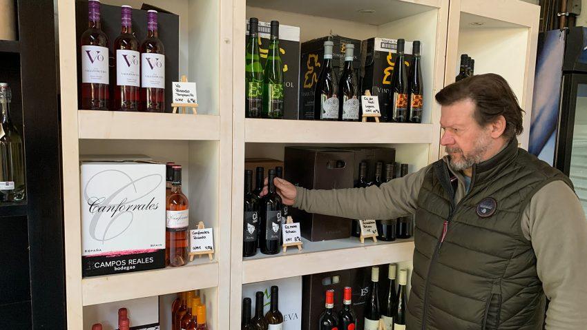 Torsten Kern vom Getränkemarkt Getränke Star am Großmarkt in seinem Geschäft.