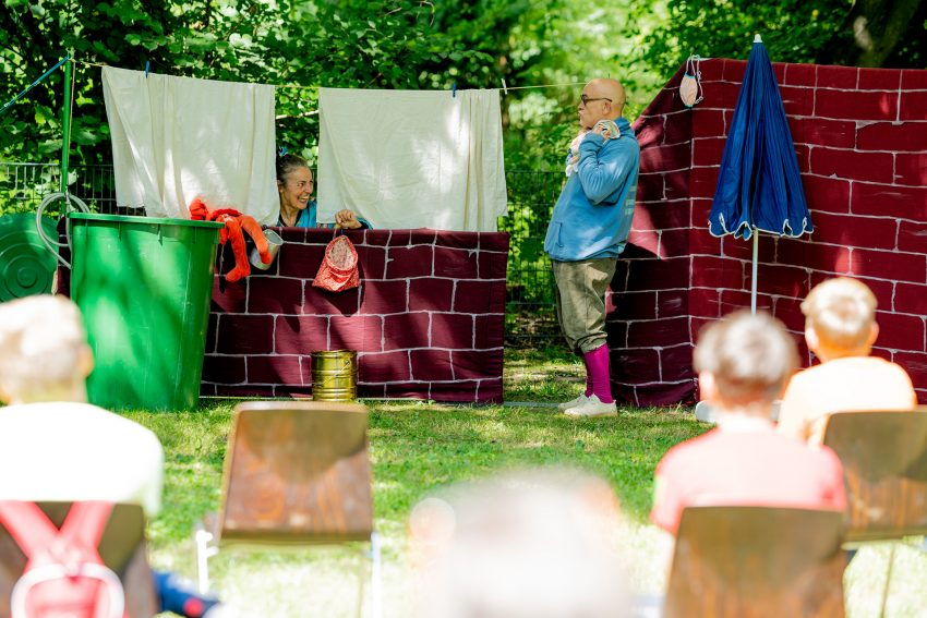 Birgit Iserloh und Ralf Lambrecht sind das Theater Traumbaum. Mit dem Stück Himmel, Höhen und Höfe kommen sie auf die Schulhöfe der Grundschulen.