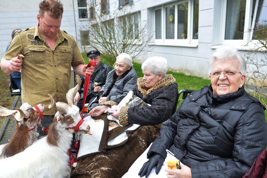 Martin Tränkler mit seinem rollenden Zoo im AWO-Heim an der Burgstraße.