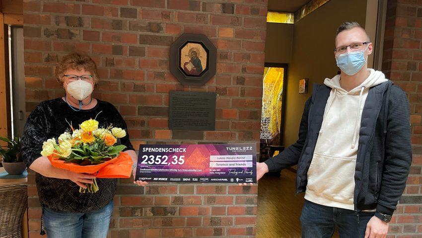 Anneli Wallbaum erhielt den Spenden-Check von Mike Grzejdziak.