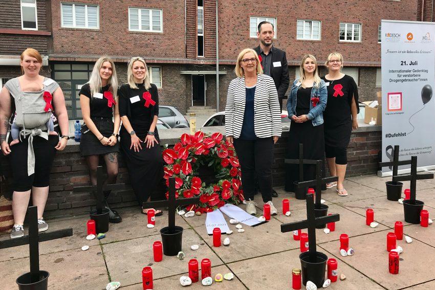 Die Verantwortlichen der Aidshilfe gedachten mit Bürgermeisterin Andrea Oehler den Verstorbenen.