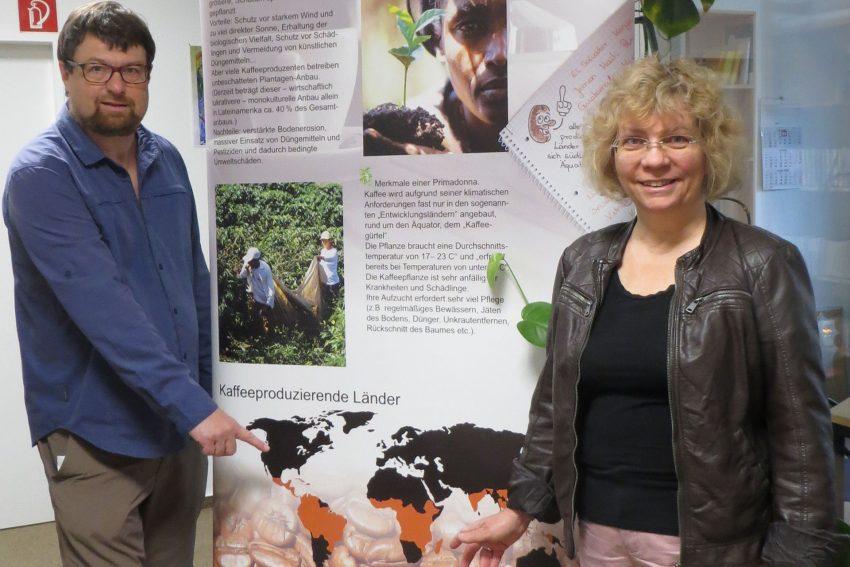 Markus Heißler und Petra Stach-Wittekind vom Eine Welt Zentrum mit einer Infotafel zu den Anbauländern der Kaffeepflanze.