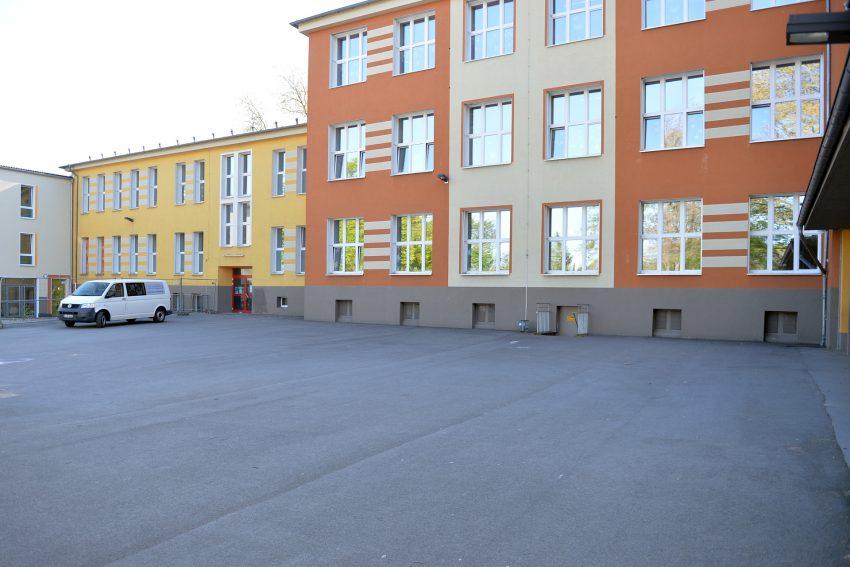 Leerer Schulholf der Grundschule Laurentius in Unser-Fritz während der Corona-Pandemie.