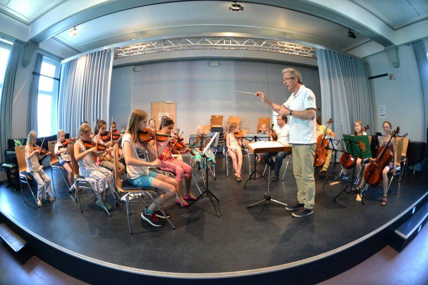 Die Streichhölzer auf der Bühne mit Dirigent Elmar Witt.