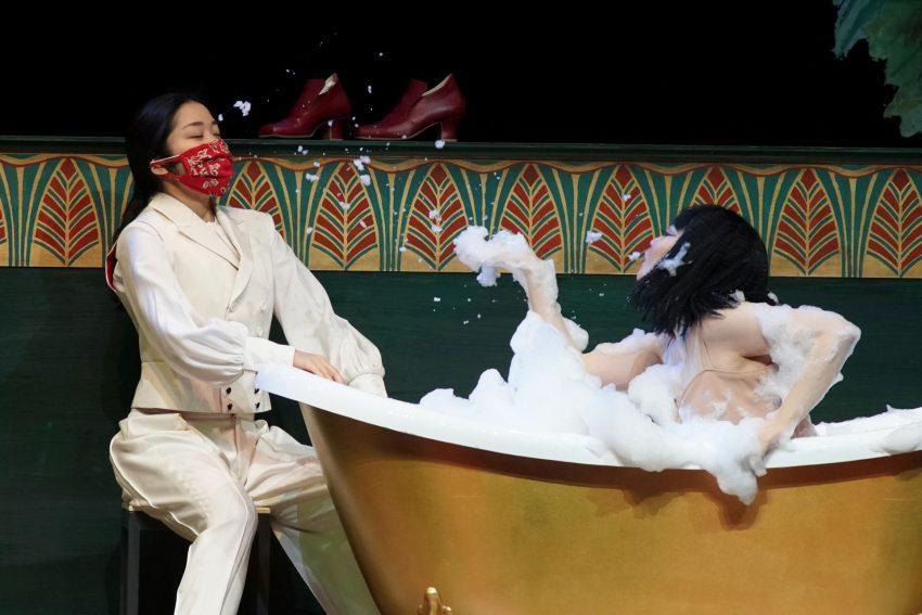 "Cäsar (Rina Hirayama) und Cleopatra (Dongmin Lee) in Händels ""Giulio Cesare""."