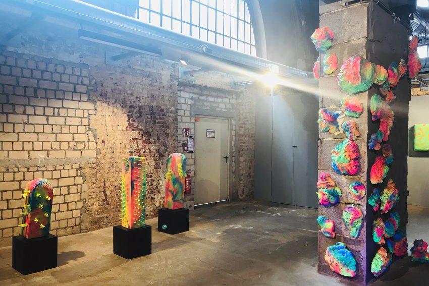 Die Ausstellung 'New Neon' ist im Alten Wartesaal zu sehen.