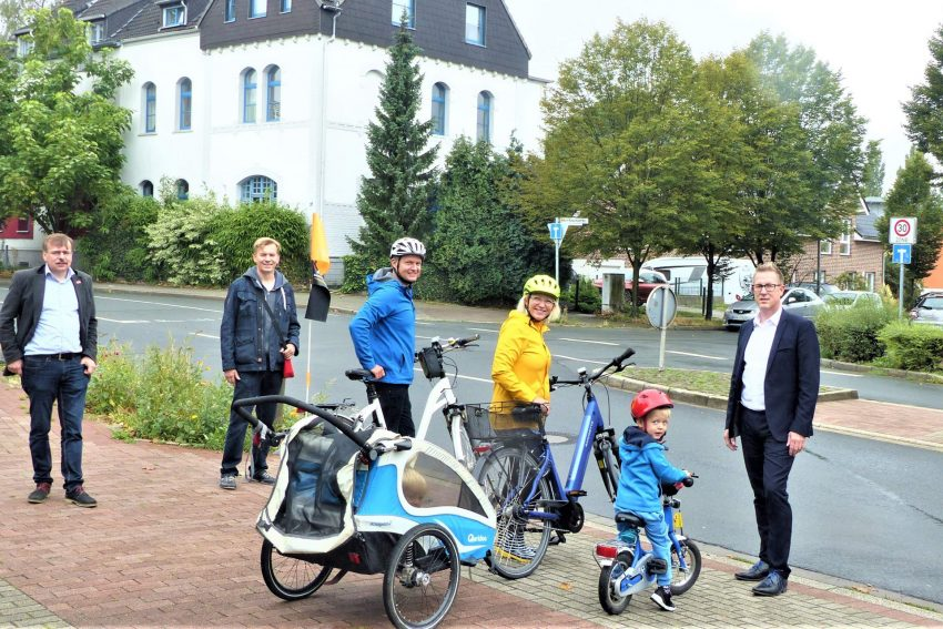 Sodinger Bezirksbürgermeister Mathias Grunert, Ratsherr Jörg Högemeier und der Bezirksverordnete Michael Weberink (alle SPD) bei einem Ortstermin mit der Familie Majchzrak.