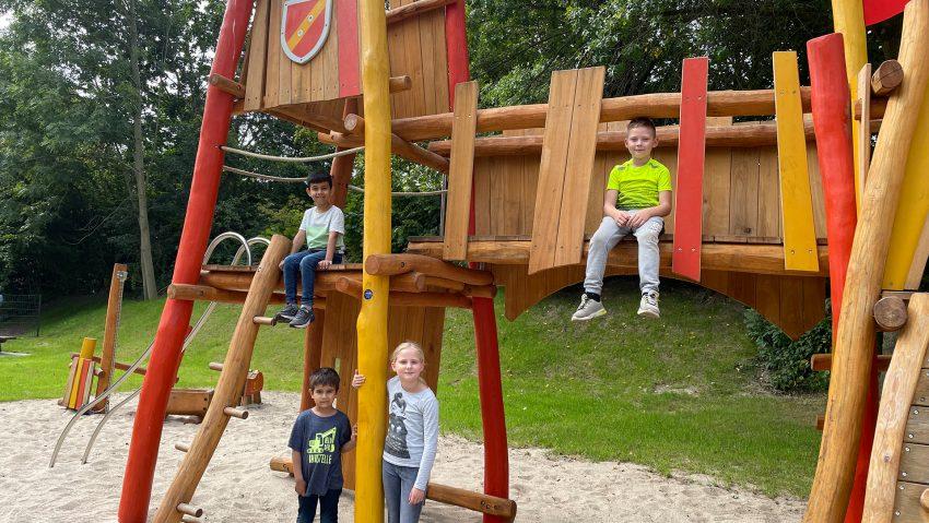 Spielplatz Martinistraße mit dem Thema Ritter am 7.9.2021 eröffnet, (v.li.) Elias (oben), Eldin, Anouk und Vincent.