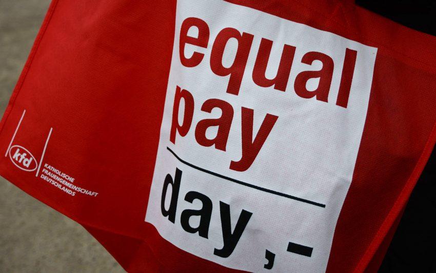 Fahnen hissen zum Equal Pay Day.