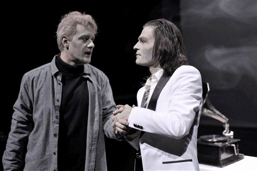Faust (Maximilian Strestik, l.) ist zum Pakt mit dem Teufel in Gestalt des Verführers Mephistopheles (Oliver Möller) bereit.