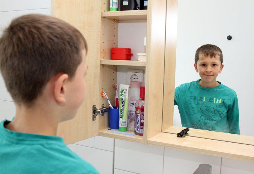 Jan-Luca im Badezimmer.