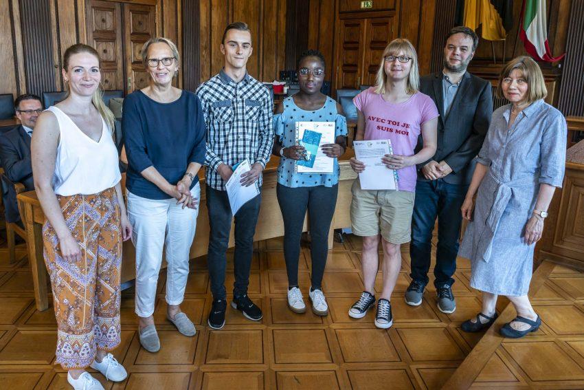 Die Deutsch-Checker bekommen im Rathaus ihre Zertifikate überreicht.
