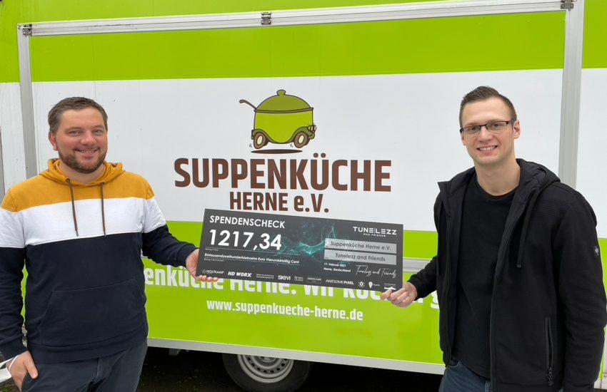 Fabian Helsper erhält den Scheck von DJ Tunelezz aka Mike Grzejdziak.