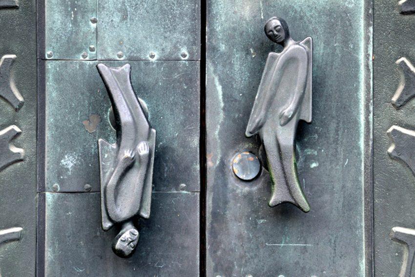 Kunst im öffentlichen Raum im Bild: Engel als Türgriffe der St. Marien Kirche in Eickel. Günter Dworak 1964.