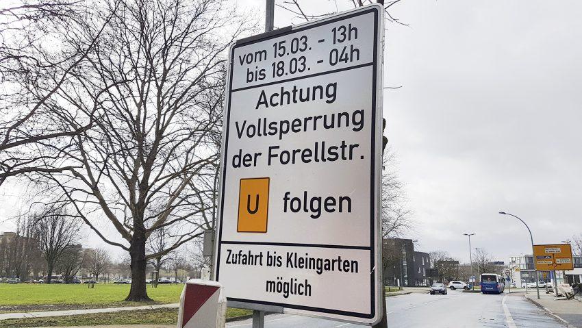 Verkehrsschild für die Sperrung der Forellstraße in Herne (NW) am Wochenende 15. bis 18.03.2019. An der Baustelle für den Neubau der Brücke über die Bundesautobahn A43 werden Stahlträger aufgelegt. Aufnahme vom Montag (11.03.2019).