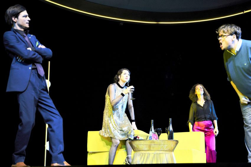 """Oliver Möller (l.), hier zusammen mit Jele Brückner, Karin Moog und Sascha Nathan in Rezas """"Drei Mal Leben"""" am Schauspielhaus Bochum, spielt """"Hunger"""" am PRT."""
