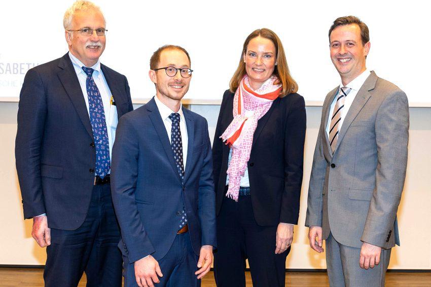 Simone Lauer (2. v. r.), Prof. Dr. Ralf Gold (l.) sowie Prof. Dr. Timm H. Westhoff (r.) begrüßten Priv.-Doz. Dr. Felix S. Seibert (2.v.l.) bei seiner Antrittsvorlesung.
