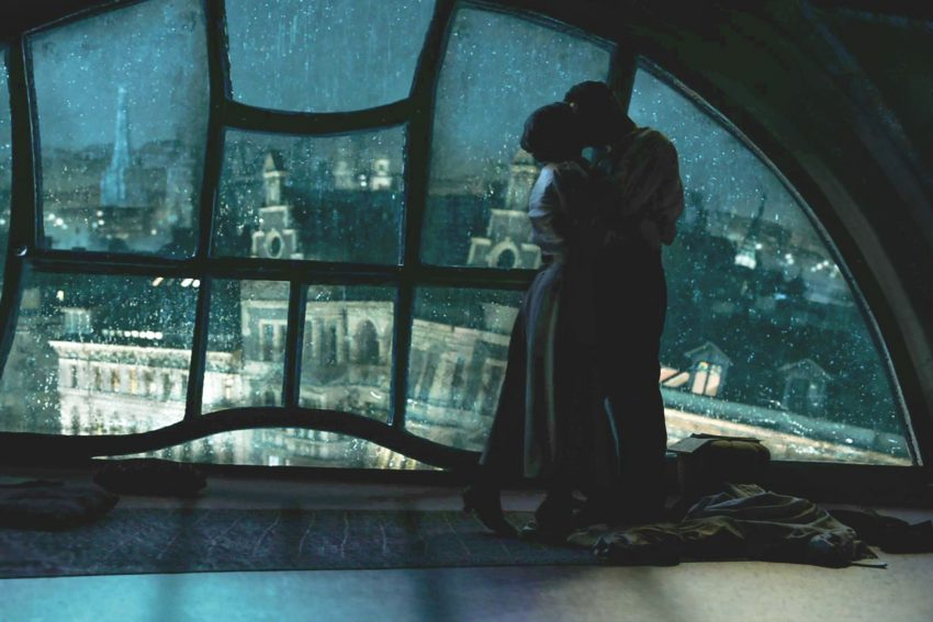 """""""Hinterland"""" - Thriller im Stil der 1920er Jahre. Liebesnest über den Dächern von Wien: Liv Lisa Fries (Dr. Theresa Körner) und Murathan Muslu (Peter Perg)."""