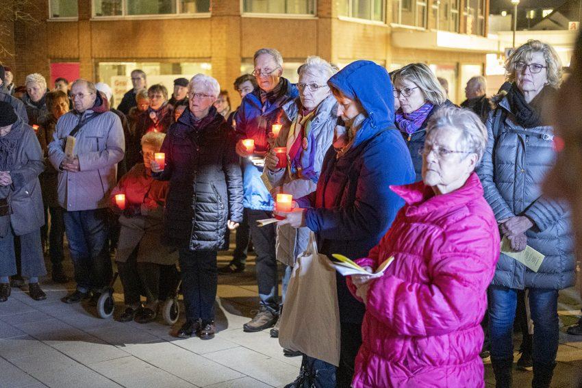 Demo gegen Rechtsextremismus in Herne (NW), am Dienstag (17.12.2019). Im Bild: Teilnehmer des ökumenischen Friedensgebets an der Kreuzkirche.Foto: Stefan Kuhn